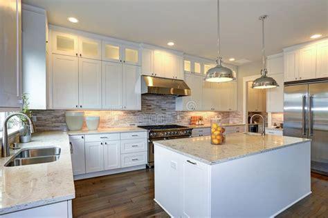 cocina blanca de lujo  la isla de cocina grande foto de
