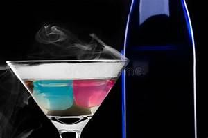 Weinglas Auf Flasche : wein flasche mit glas auf schwarzem hintergrund mit rauche stockfoto bild von flasche leben ~ Watch28wear.com Haus und Dekorationen