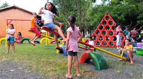 parque con material de reciclaje construyen parque