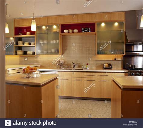 cocina moderna de madera vitrinas de vidrio unidades de