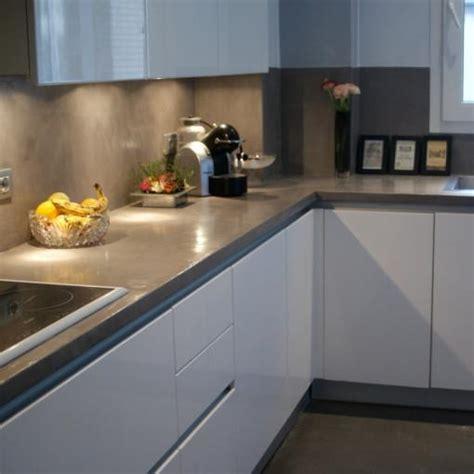 cuisine grise plan de travail blanc cuisine blanche plan de travail noir cuisine blanche avec plan de travail noir au mur mosaique