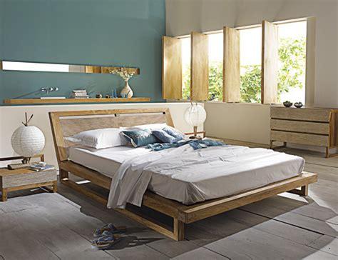 chambre adulte bleue peinture chambre mansardée murs bleus bois gris et