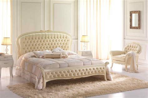 Doppelbett Im Neoklassizistischen Stil, Gesteppte Kopfund