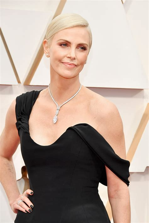 oscars  charlize theron wows   red carpet