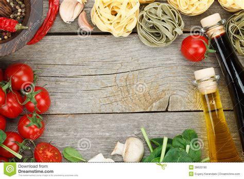 cucinare i finferli freschi ingredienti freschi per cucinare fotografia stock