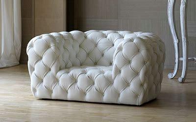 sofa capitone revestido em couro branco emporio dirani