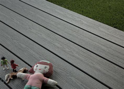 lame de terrasse en bois composite teinte gris anthracite profil lisse antid 233 rapant ou