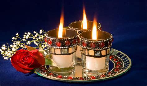 corrispondenza candele candele e germoglio di rosa fotografia stock immagine di