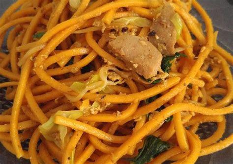 Langkah terakhir, anda angkat dan sajikan mie goreng aceh ini dengan taburan bawang goreng, cabai rawit, kerupuk dan acar mentimun. Resep Mie Aceh Goreng oleh Jazzyblue - Cookpad
