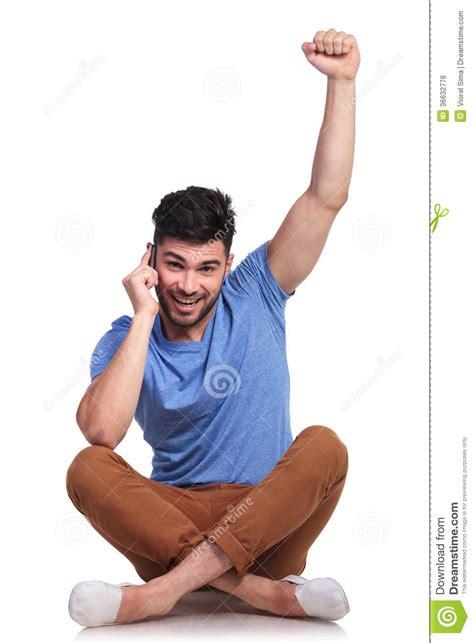 homme qui pisse assis homme assis gagnant tout en parlant au t 233 l 233 phone image libre de droits image 36632776