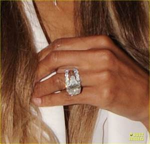 Ciara flashes wedding ring while shopping with russell for Ciara wedding ring