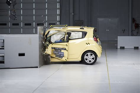 siege auto crash test 2014 small cars fail iihs small overlap frontal crash test