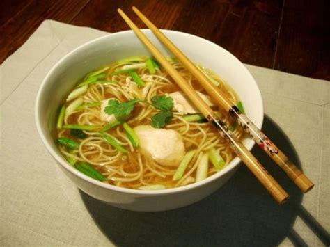 comment cuisiner des nouilles chinoises soupe de poulet nouilles chinoises ciboule gingembre