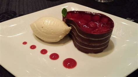 dessert au chocolat dessert mousse au chocolat blanc et tarte aux framboises et vanille picture of araz