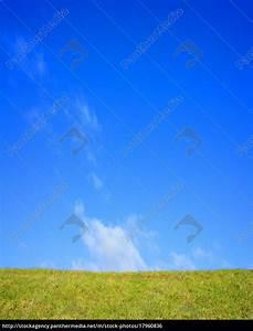 Bild Hochkant Format : gr ne wiese und blauer himmel mit textfreiraum lizenzfreies foto 17960836 bildagentur ~ Orissabook.com Haus und Dekorationen