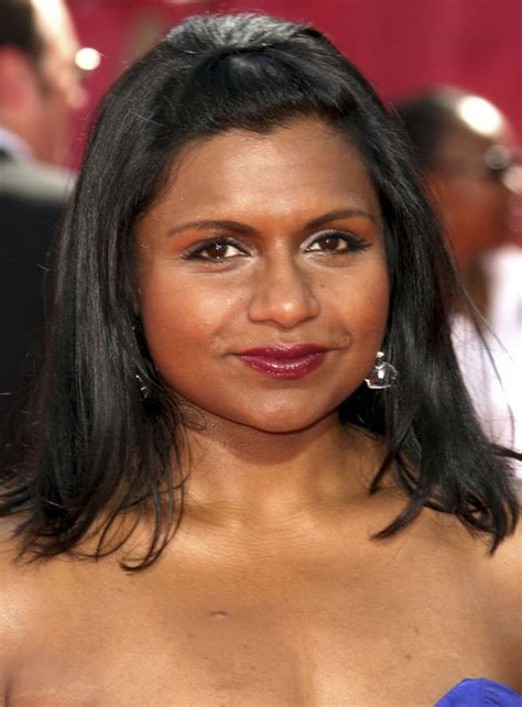 mindy kaling s shoulder length hairstyle at emmy awards 2009