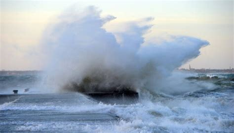 Vētra 'Fēlikss' tuvojas: sinoptiķi apsver sarkano ...
