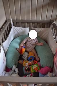 Coussin D Activité Bébé : coussin d allaitement dans lit b b table de lit ~ Teatrodelosmanantiales.com Idées de Décoration