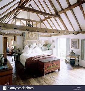 Truhe Schlafzimmer : land schlafzimmer mit steildach decken und balken mit ~ Pilothousefishingboats.com Haus und Dekorationen