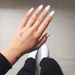 Tatouage Lune Poignet : petit tatouage femme des fl ches sur les phalanges des doigts croissant de lune fl che et ~ Melissatoandfro.com Idées de Décoration