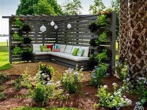 schone sitzecke mit einer eckbank aus holz ideen rund With französischer balkon mit überdachung sitzecke garten