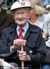 dads army star bill pertwee  played warden hodges dies