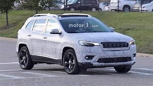 Jeep Cherokee 2018 : 2018 jeep cherokee spied showing its redesigned headlights ~ Medecine-chirurgie-esthetiques.com Avis de Voitures