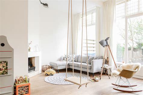 cuisine blanche ouverte sur salon maison deco scandinave amsterdam salon balancoire suspendue cheminee deco blanche parquet