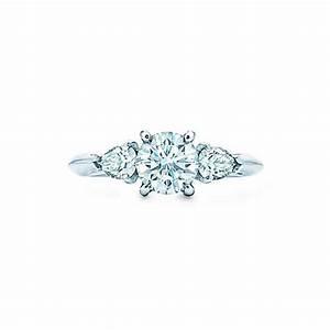 Tiffany Ring Verlobung : zwei birnenf rmige tiffany diamanten verleihen diesem klassischen runden brillanten als ~ Orissabook.com Haus und Dekorationen