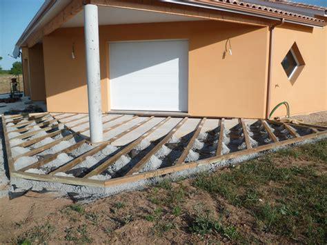terrasse bois au dessus de cour en enrob 233 en pentes