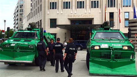 polizei panzer fahrzeuge schuetzen ritz carlton hotel