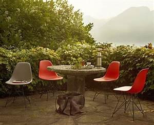 mit dem designklassiker in den garten eames chair in With französischer balkon mit betonquader für den garten