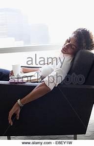 Im Sitzen Schlafen : frau sitzt im stuhl schlafen stockfoto bild 282021337 alamy ~ Watch28wear.com Haus und Dekorationen