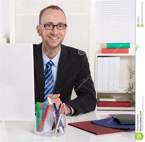 bureau homme d affaire portrait homme d 39 affaires s 39 asseyant dans bureau