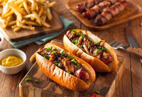 hot dog aux oignons cornichons  ketchup