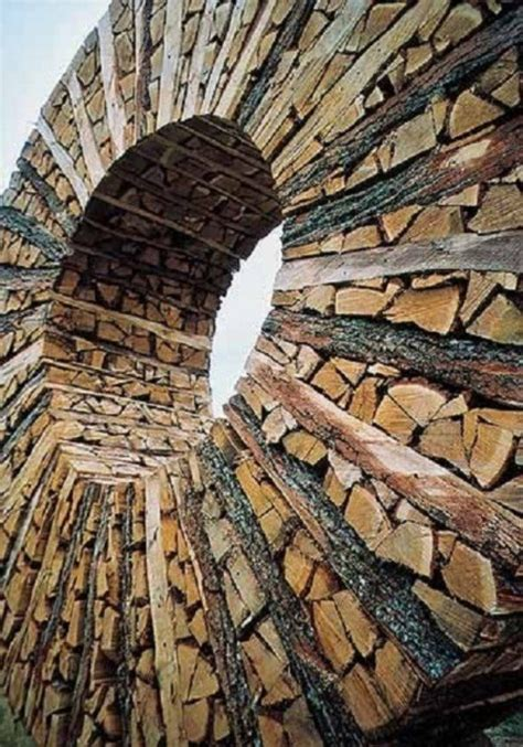 obras de artes  las personas forman al apilar troncos