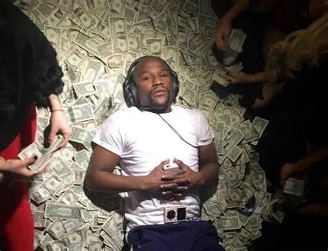 mayweather money stack floyd make it rain mayweather jr rumored to have money