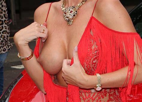 Η Ester Dee έχει boob slip με sexy κόκκινο φόρεμα σε ...