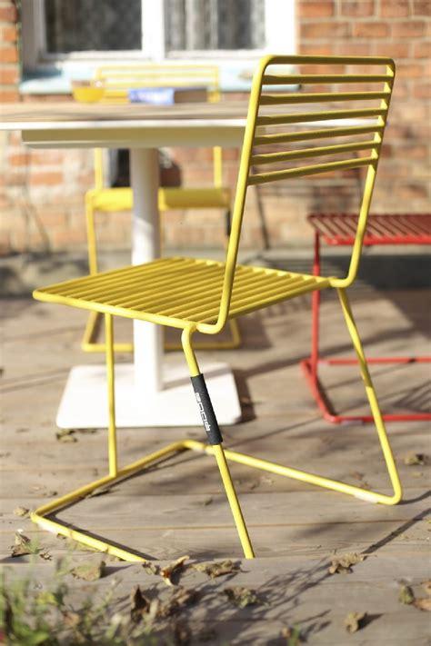 chaises de couleur chaise design en métal acier de couleur de jardin tina by egoe
