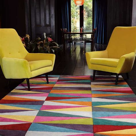 tapis moderne multicolore aux motifs triangulaires