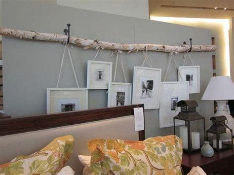 birkenstamm mit ästen kaufen birkenstamm an der wand mit h 228 ngenden bildern wohnideen