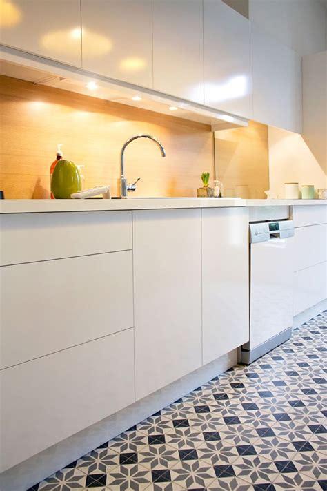 carreaux de ciment pour cuisine cuisine blanche crédence jaune et carreaux de ciment