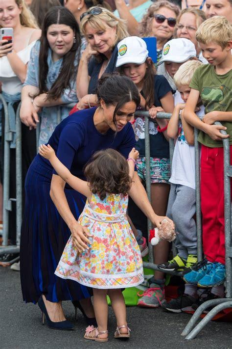 Meghan Markle Hugging Little Girl in New Zealand 2018 ...