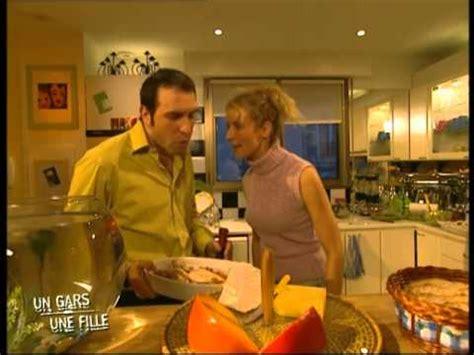 un gars une fille messes basses en cuisine