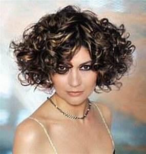 Coupe Carré Frisé : coupe cheveux court fris ~ Melissatoandfro.com Idées de Décoration