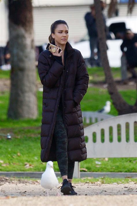 jessica alba looks fit in camo leggings while on the set ...