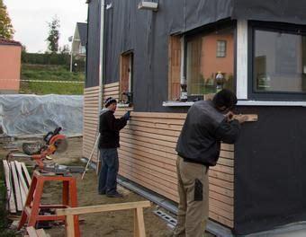 Hausfassade Mit Holz Verkleiden by Fasadenverkleidung Haus Mit L 228 Rchenholz Holz Verkleidung