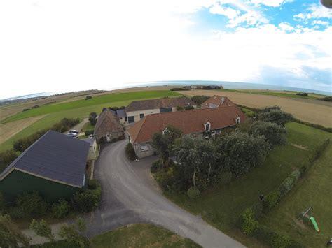 chambre d hote cap gris nez cap blanc nez un drone filme au dessus de la ferme ferme des 4 vents