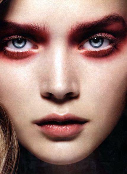 Для макияжа глаз понадобятся такие материалы • Красный мягкий матовый карандаш.