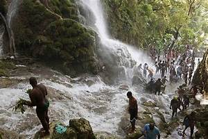 Un Saut D Eau : haitians bathe in a waterfall believed to have healing ~ Dailycaller-alerts.com Idées de Décoration